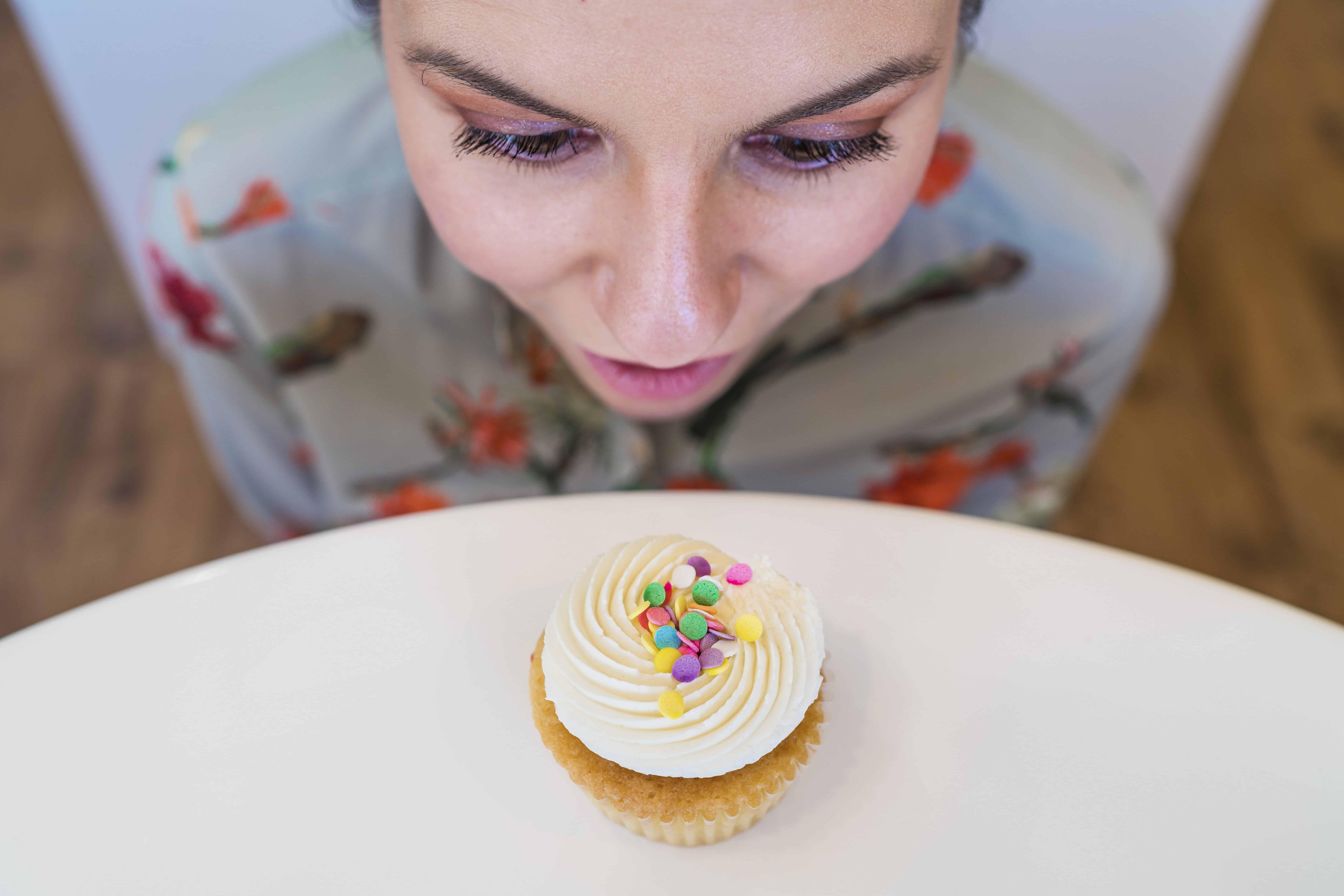 gratisography-woman-cupcake